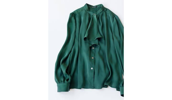左/ブラウントーンのジャケットに、「セリーヌ」のフリルシャツとイニシャルネックレス、右/〝エンフォルド〟のモノトーン配色と、〝バウム ウンド ヘルガーテン〟の透け感のある小花柄ワンピース