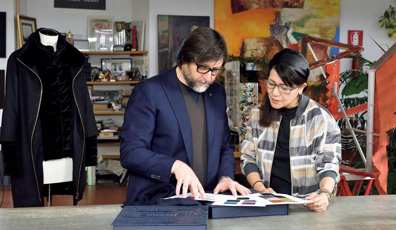 『Precious』創刊15周年記念コートのサンプルの最終チェックを行う、スタイリスト押田比呂美さんとヘルノ社長クラウディオ・マレンツィ氏