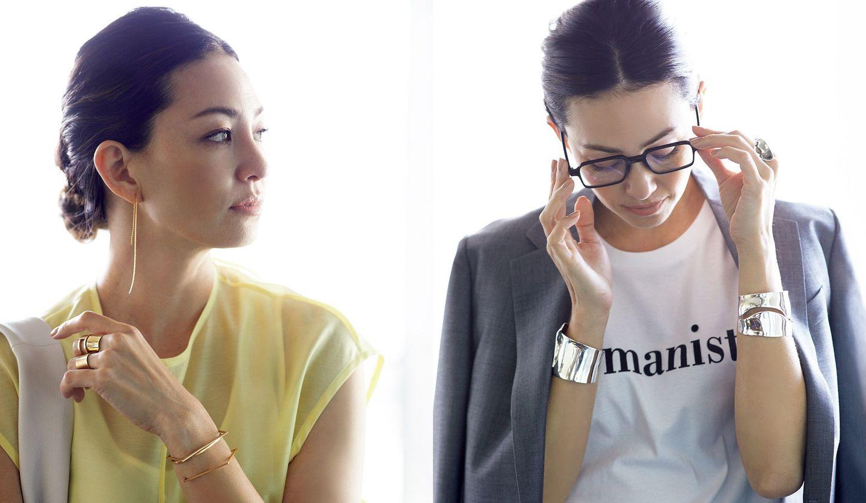 ハンサムテイストにスタイリングされたジュエリーとコーディネートを身に着けた女性の写真。