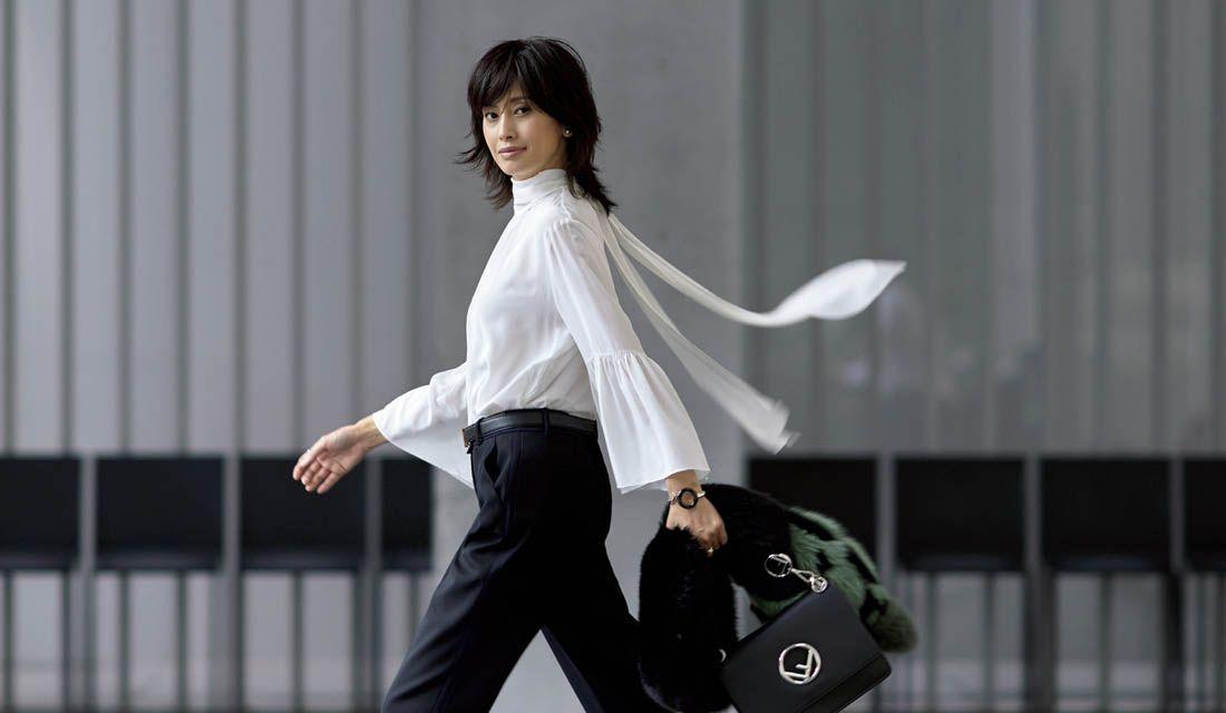 40代からの最新きれいめブラウスコーデに身を包んだモデル高橋里奈さん