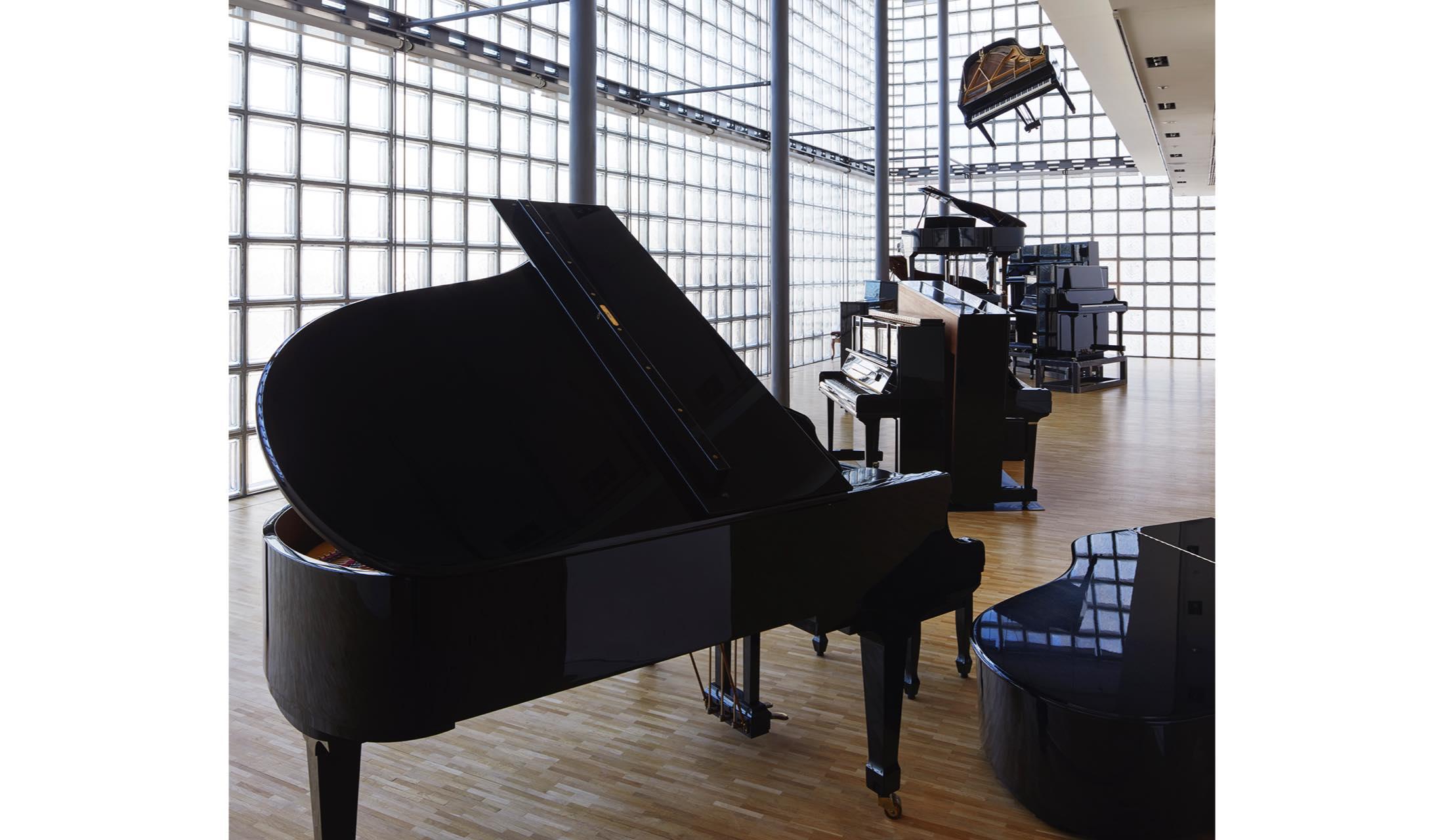 「メゾンエルメス フォーラム」で開催中の向井山朋子氏によるインスタレーション、『ピアニスト』の様子