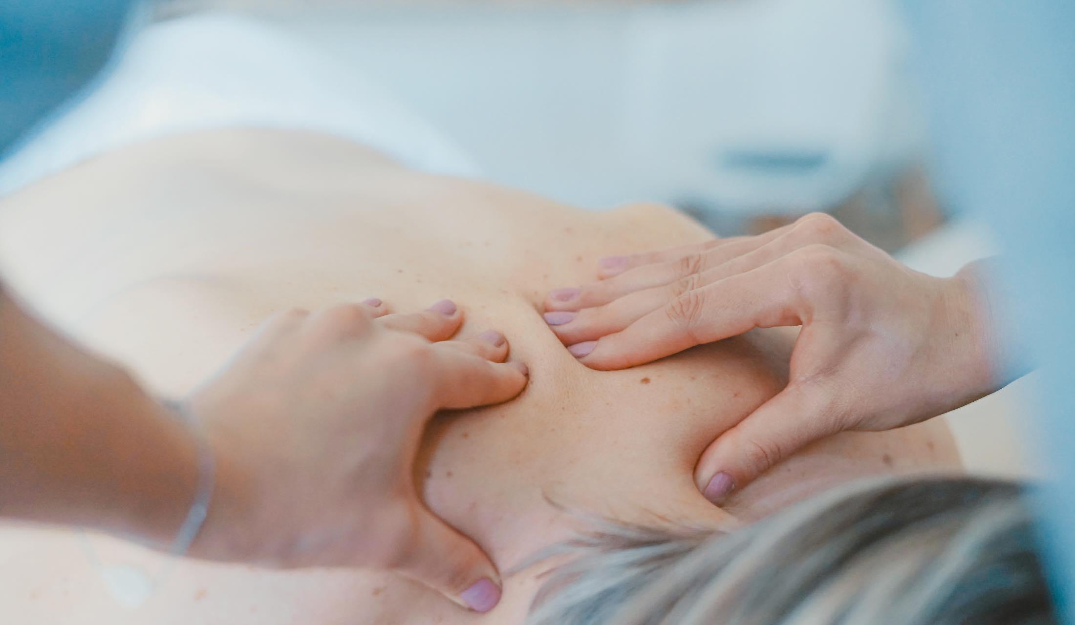 枕やツボマッサージで肩・首の痛みから解放される方法