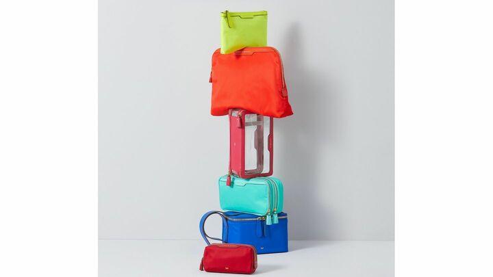 鮮やかなカラーラインナップが揃う、アニヤ・ハインドマーチの人気コレクション「レーベルド」の新作ポーチ&ケース