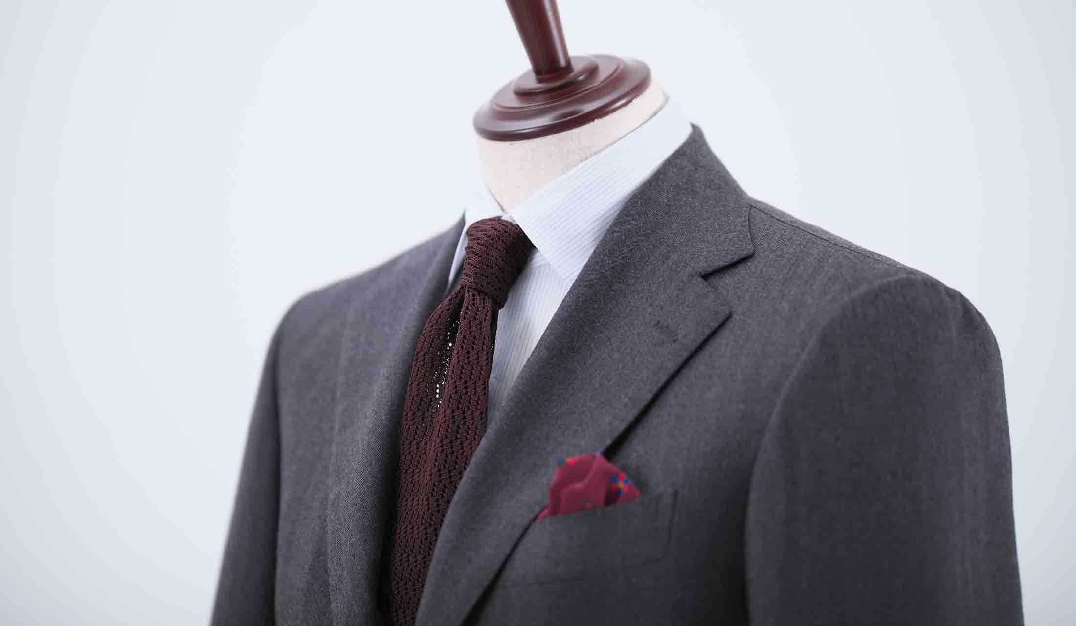 ニットタイとスーツのコーディネート