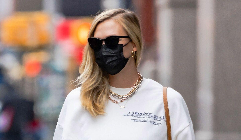 マスク姿のカーリー・クロス