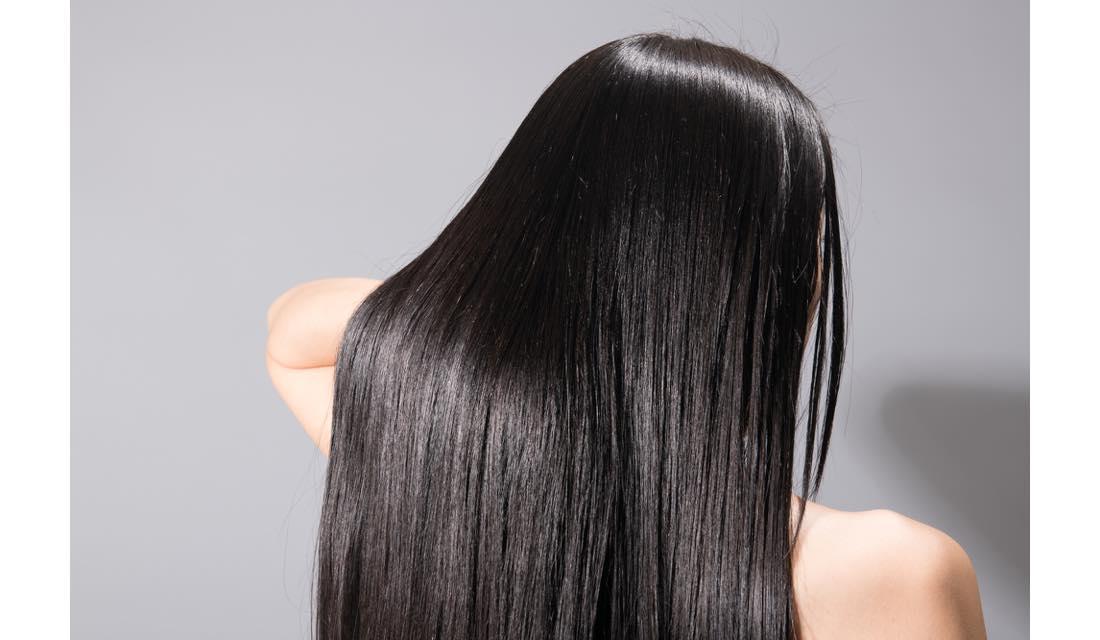髪の毛を書き上げている女性の写真