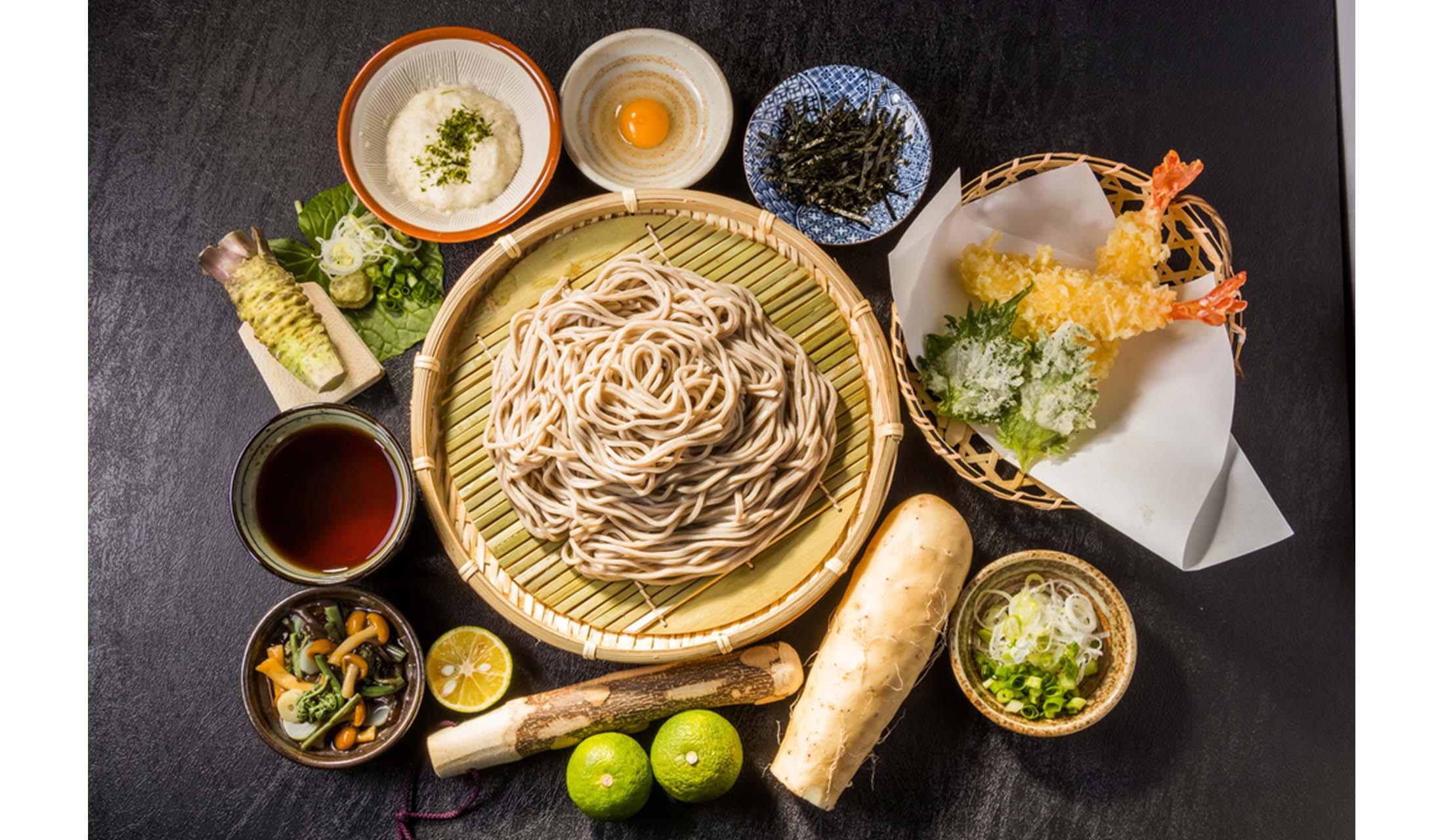 天ぷらとたくさんの薬味に囲まれた「ざるそば」