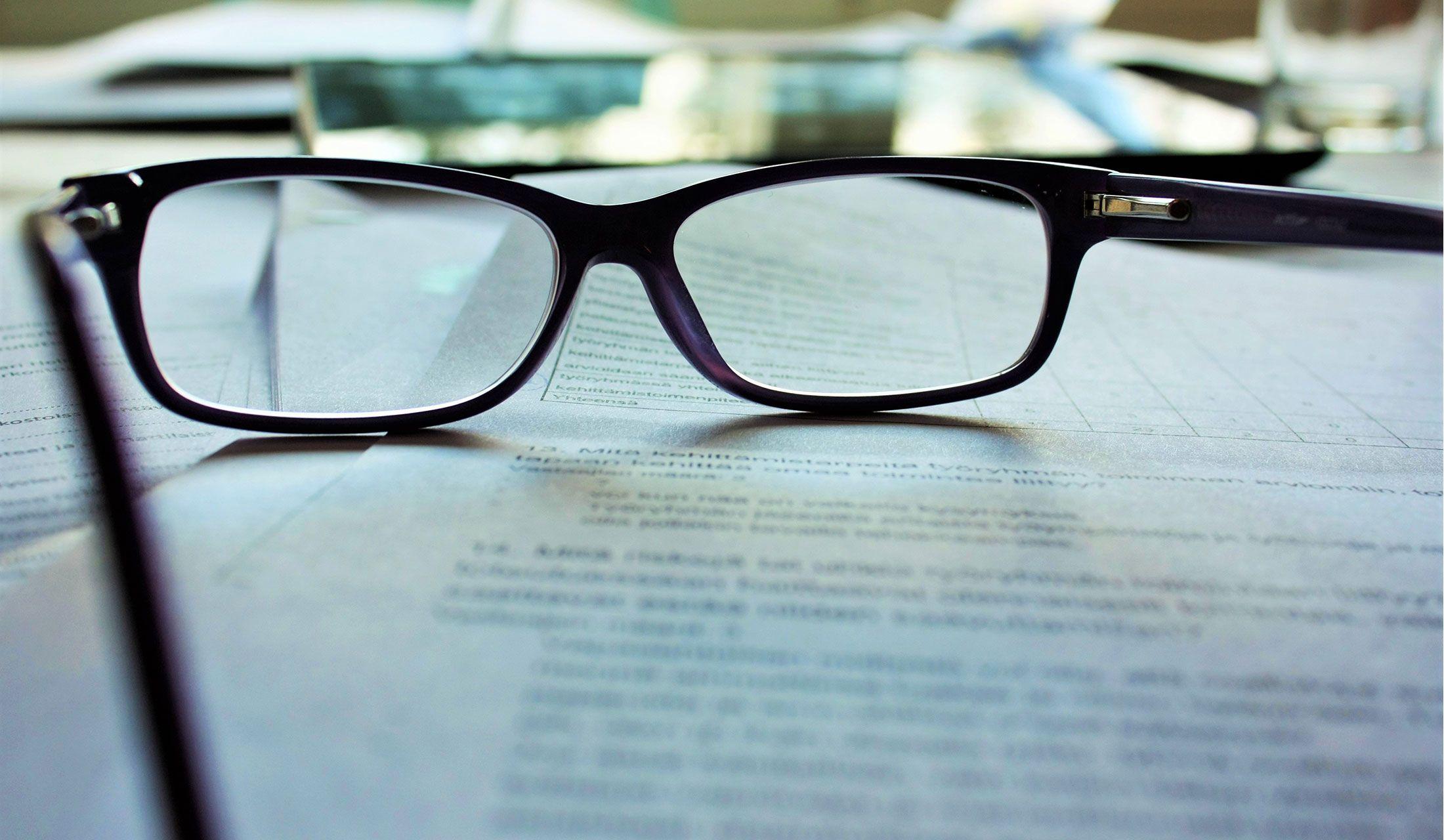 紙の上にメガネが置いてある