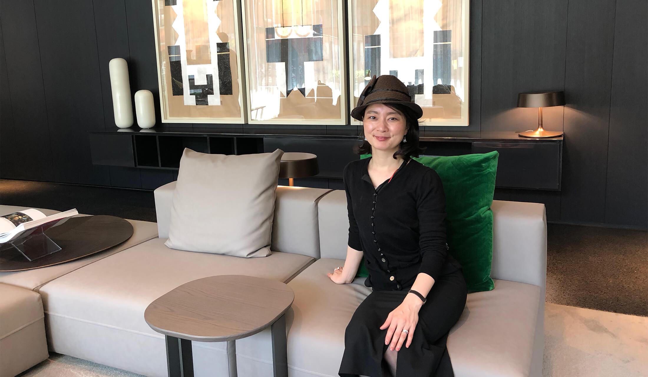ホテルのソファーで記念撮影をする女性