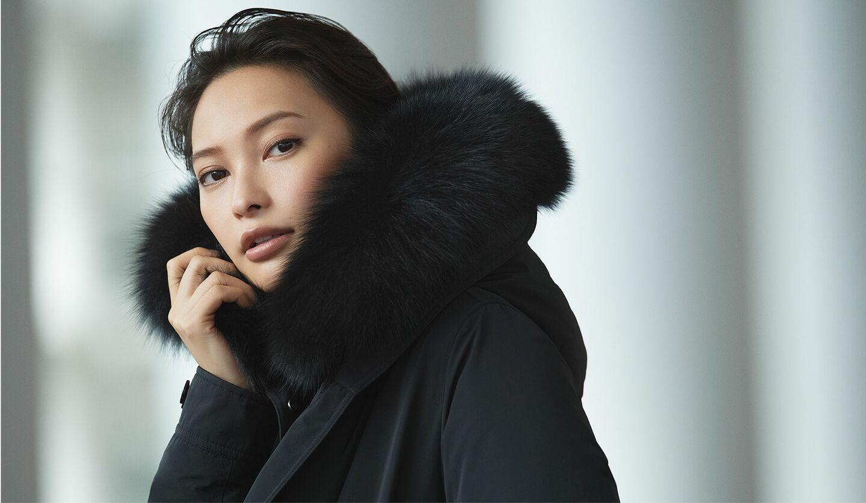 ダウンジャケットを着た女性の写真