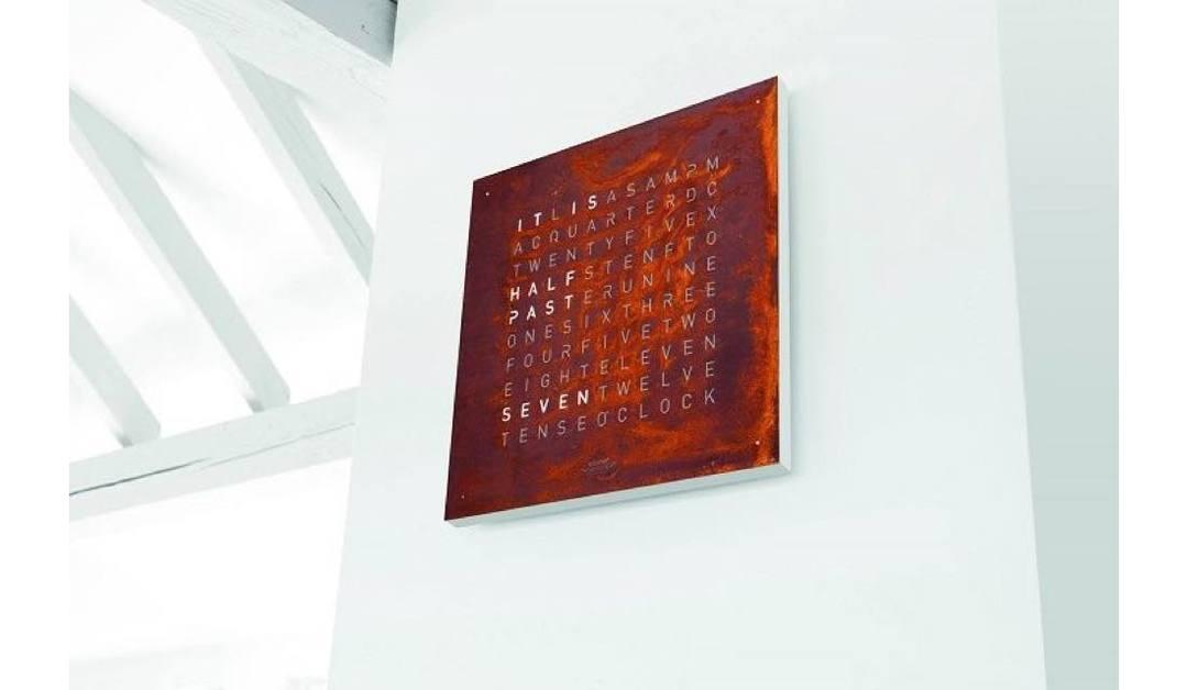 光るタイポグラフィーがおしゃれ!文章で時刻を表示するドイツ生まれのモダンアート「QLOCKTWO(クロックツー)」