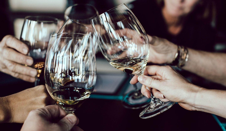 ワイングラスで乾杯する様子