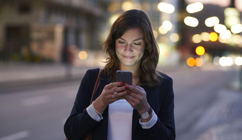 女性がスマホを見ている画像