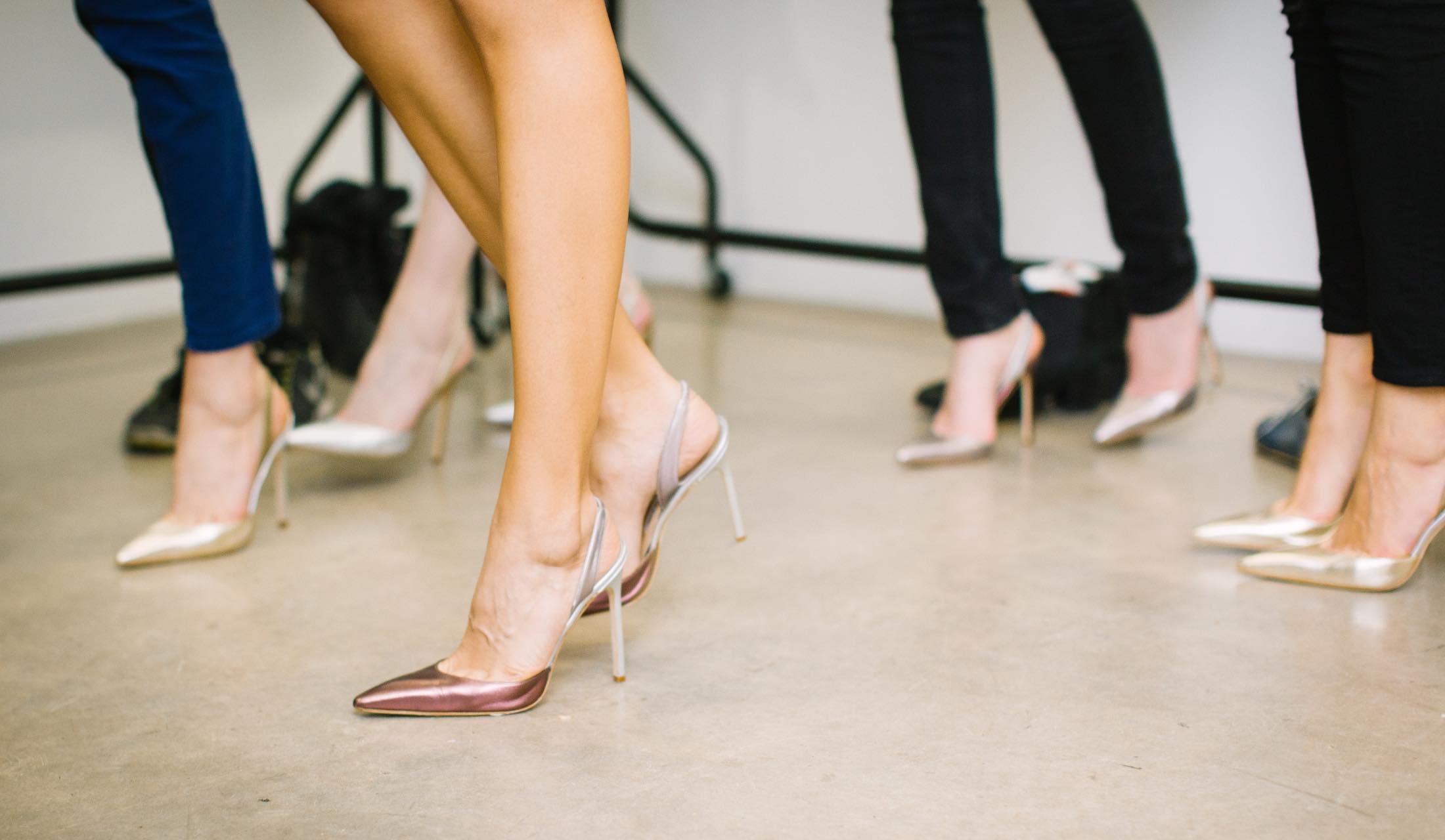 女性の脚が並んでいる様子