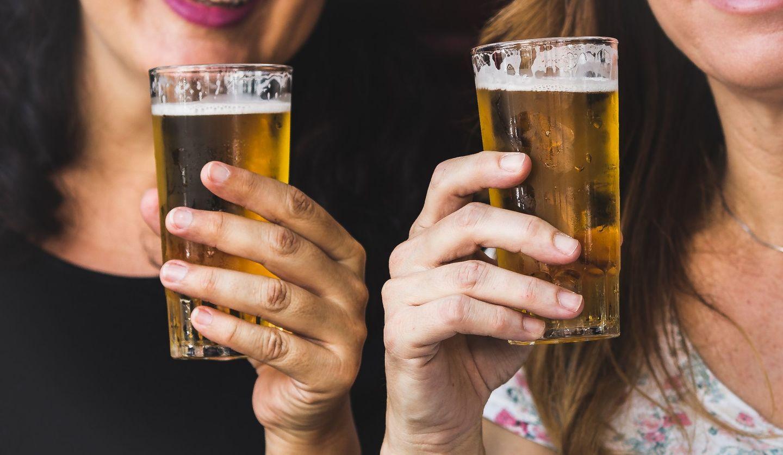 ビールグラスを持っている女性ふたりの手元