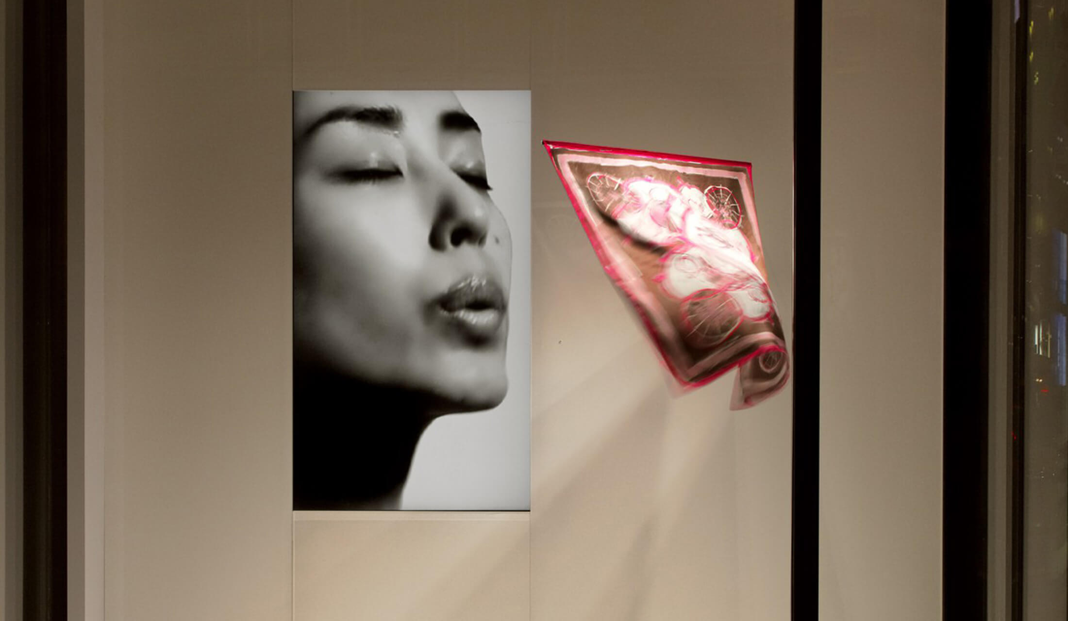銀座メゾンエルメスのウィンドウディスプレイを飾ったデザイナー・吉岡徳仁の作品『吐息』