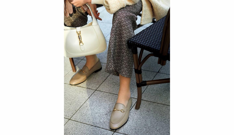 靴[ヒール1cm]¥100,000・ジャケット¥335,000・ニット¥160,000・パンツ¥125,000・バッグ¥232,000(グッチ ジャパン)、グローブ/私物
