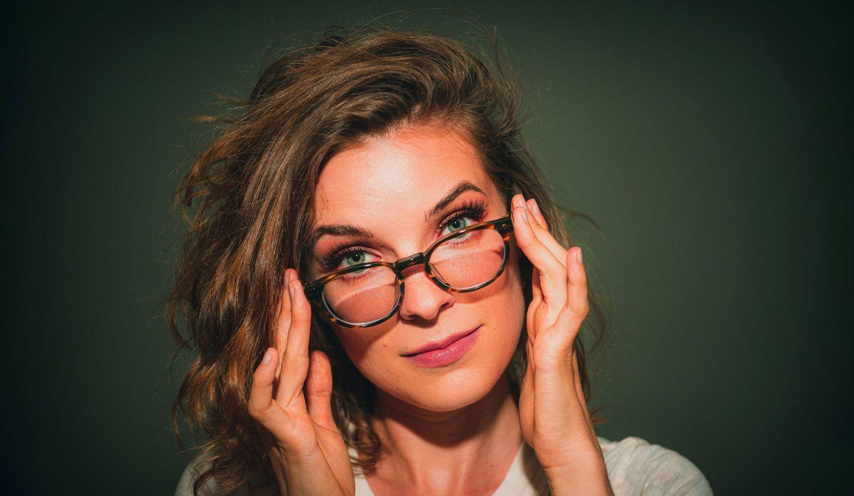 メガネをかけた女性の画像
