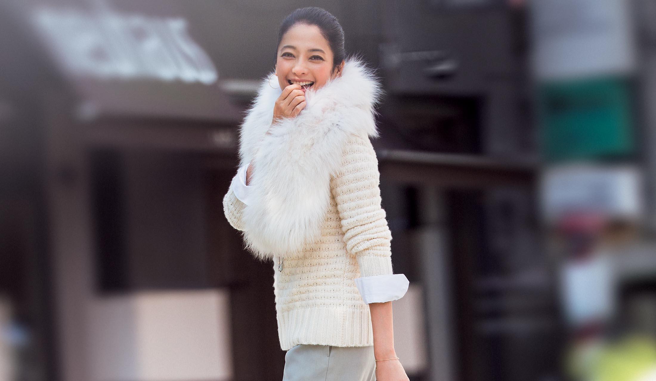 ファーとセーターを着た女性