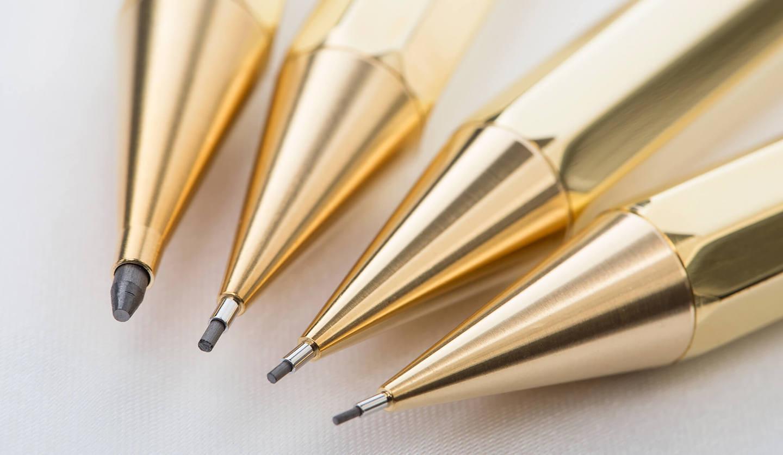 本体軸が金色のシャープペンシル4本のペン先が弧を描くように並んでいる。