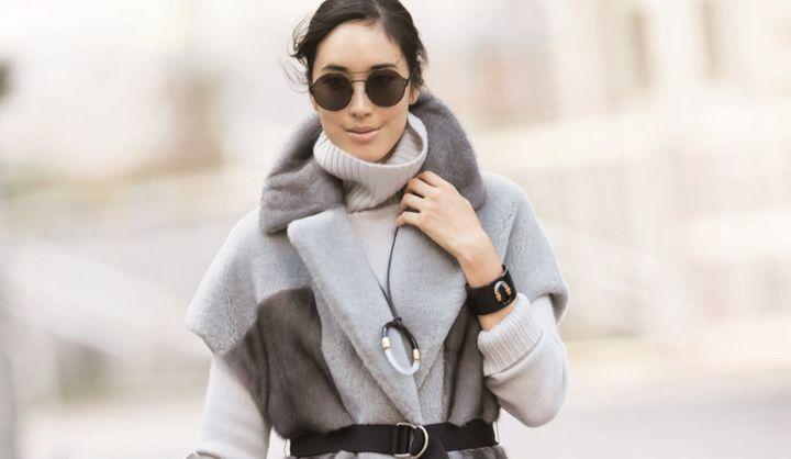 グレーのニットとコートを着た辰野リカさん