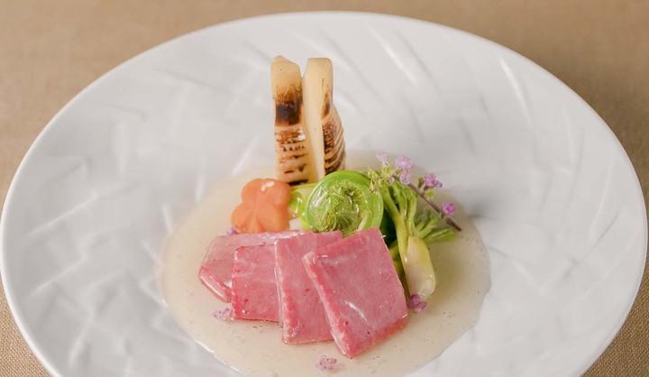 「熊本あか牛しゃぶしゃぶ 甲梅」の「シャトーブリアン低温調理と春野菜の銀あんかけ」の画像