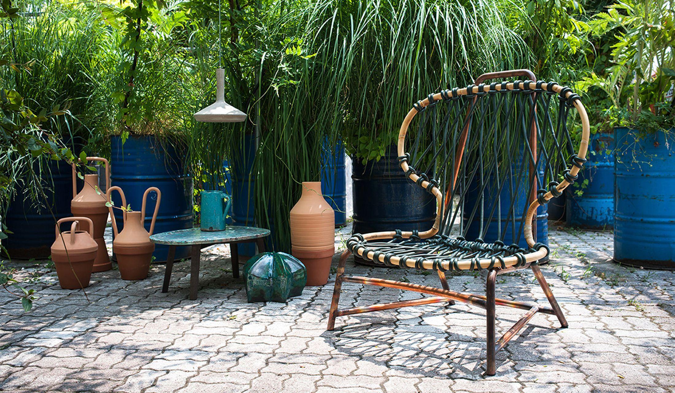 異国情緒が漂う庭に置かれたマニラアームチェア