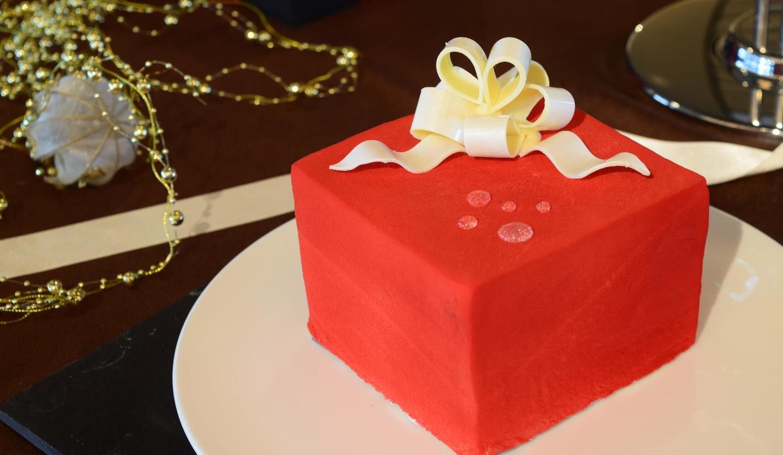 真紅のプレゼントボックスをイメージした新作ケーキ「ラーヤ」の画像