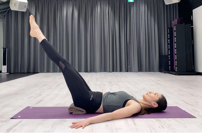 骨盤の位置をキープしながら、脚の上げ下げをする。