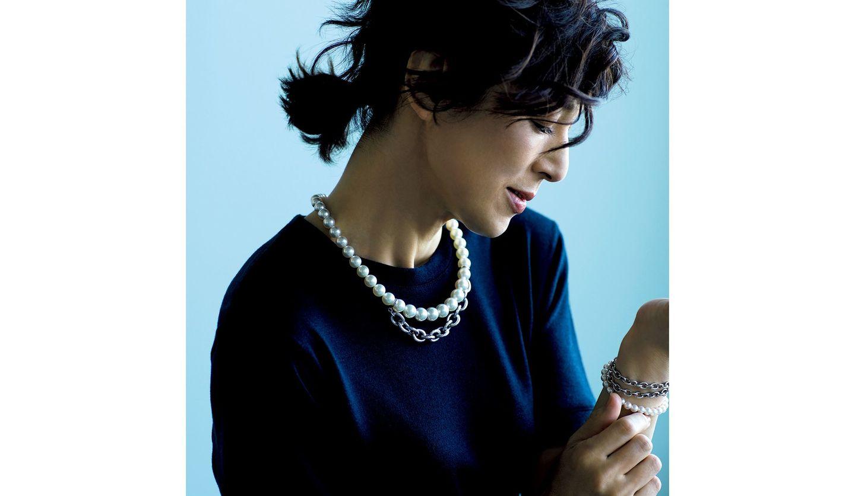 メンズアイテムを着こなした鈴木保奈美さんの写真