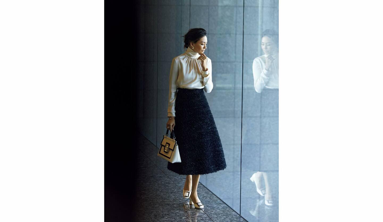 ブラウス¥175,000・スカート¥160,000(オンワードファッションラボ〈ロシャス〉)、ピアス¥435,000・ブレスレット¥494,000・リング¥664,000(TASAKI〈M/G TASAKI〉)、バッグ¥343,000・靴¥103,000(ロジェ・ヴィヴィエ・ジャパン)
