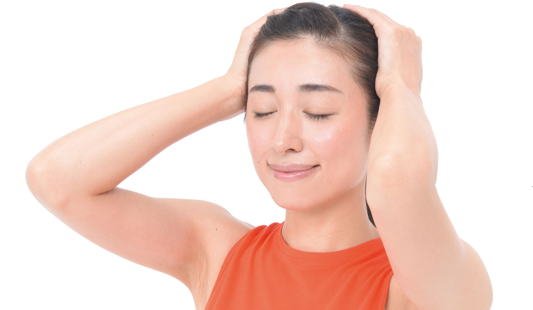 頭蓋骨マッサージをしている女性