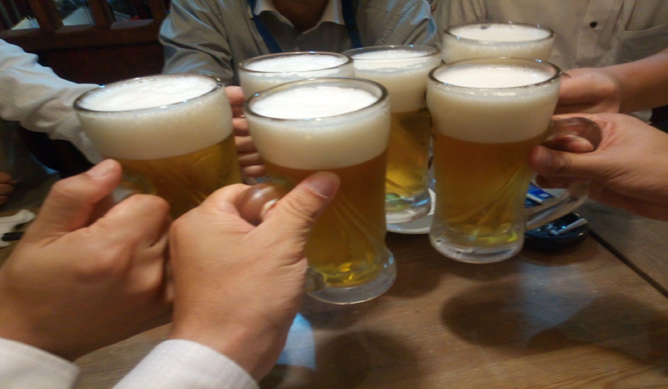ビールで乾杯している人達