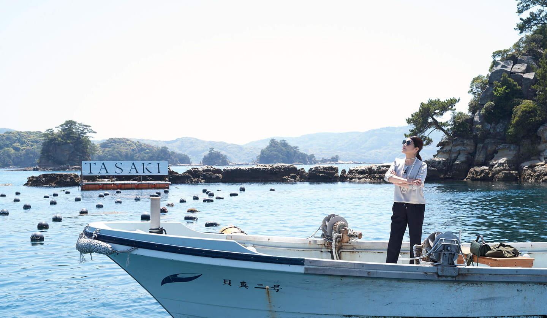 長崎県・九十九島のTASAKI真珠養殖場を視察する、スタイリストの押田比呂美さん