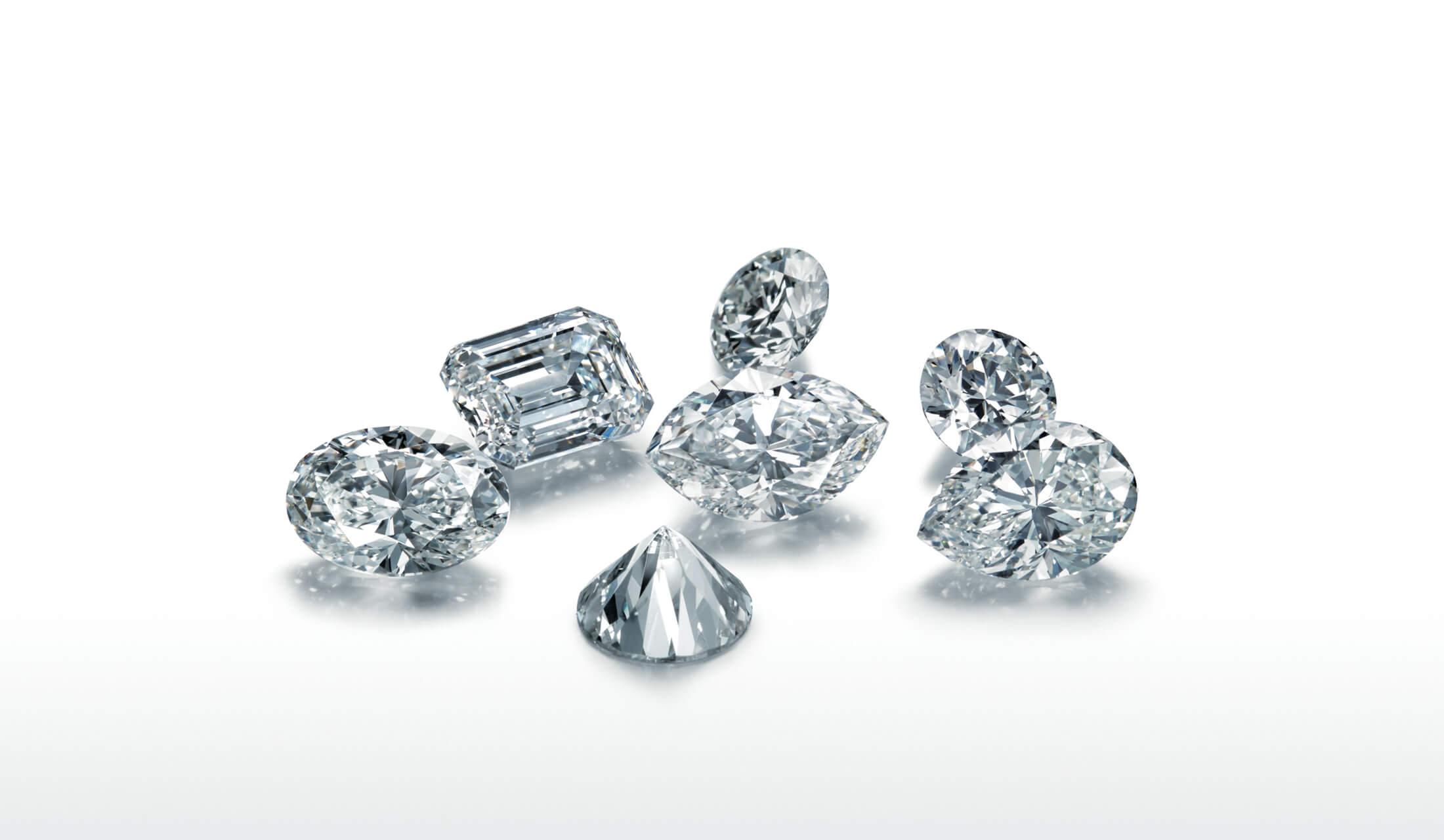 美しくカットされた大粒のダイヤモンドが7つ置かれている