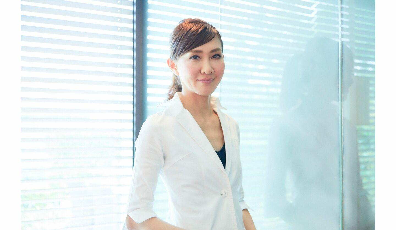 パナソニック「スチーマー ナノケア EH-SA0B」を使い保湿ケアする女性