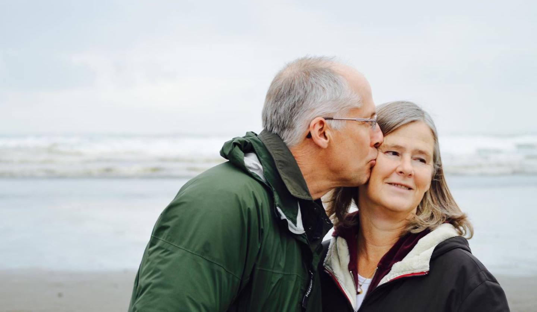妻に接吻をする男性