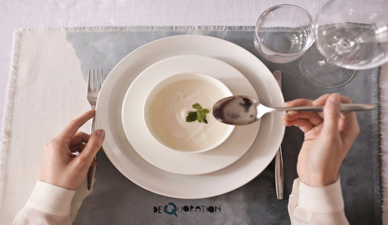 スプーンを手にスープを飲む女性の手元