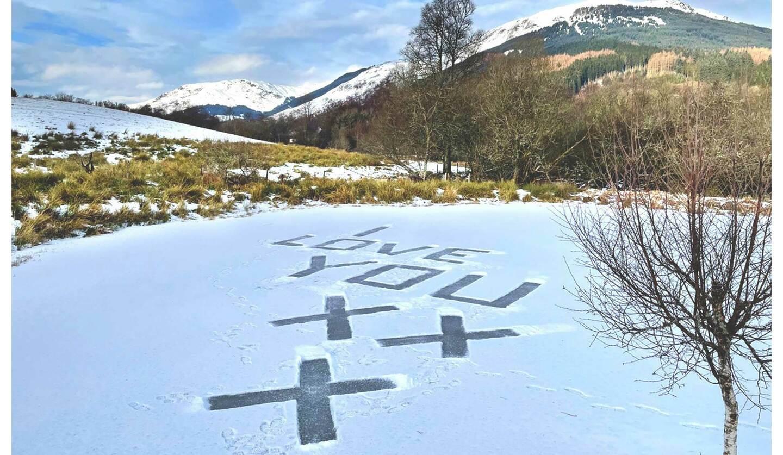 スコットランドの凍った池の上に書かれたメッセージ