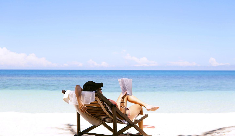 ビーチでイスに座りくつろぐ画像 Photo by Chen Mizrach on Unsplash