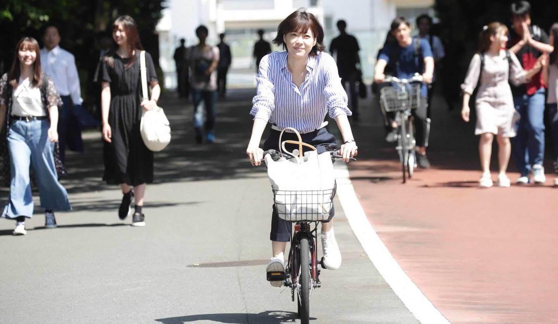 自転車に乗る上野樹里さん