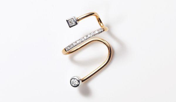 モードな雰囲気はジュエリーで手に入れる!マリア ブラックのダイヤモンドイヤーカフ