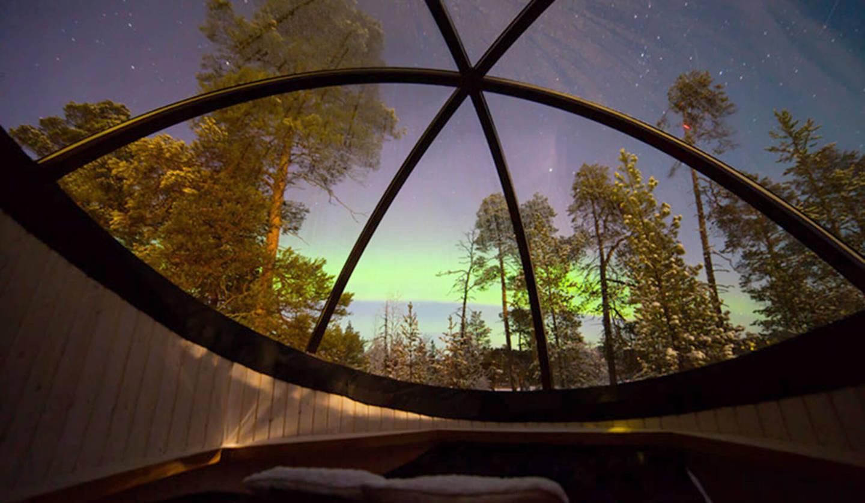 ウィルダネス・ホテル・ネッリムの一室「オーロラ・バブル」のドーム型天井から見える風景