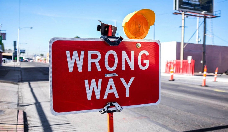 「WRONG WAY」と書かれた赤い看板