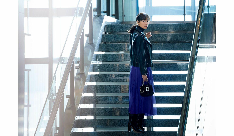 大政 絢さんが着こなす「ブラミンク」のパープルスカートコーデ