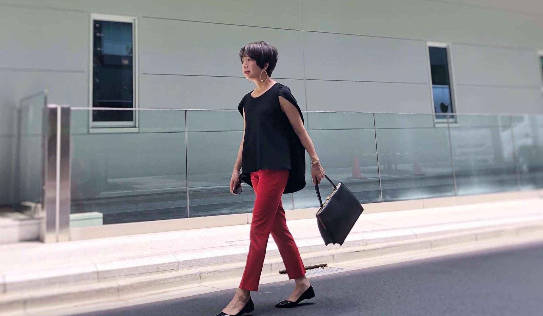 黒ブラウスに赤パンツのコントラスト配色の着こなし