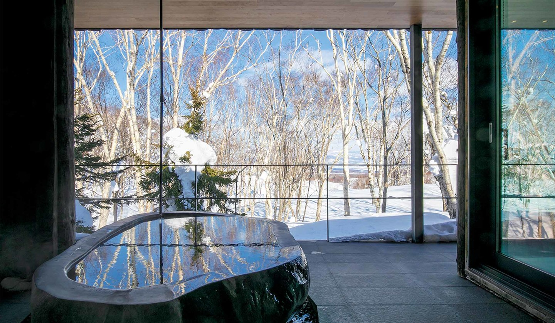 「パーク ハイアット ニセコ HANAZONO」のスイートにある半露天風呂