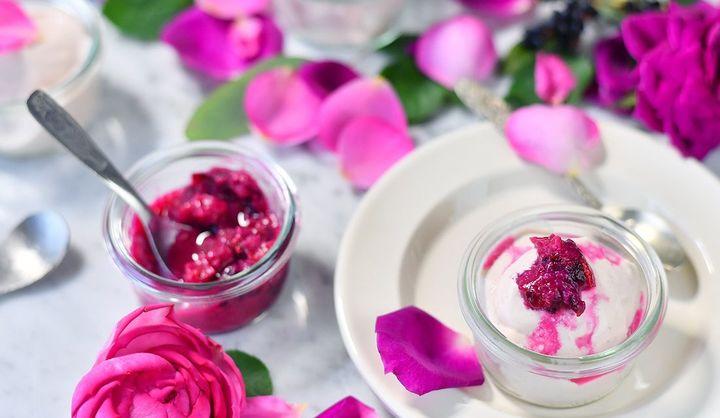 FRAGLACEの「バラのアイスクリーム」をお皿に盛り付けた様子