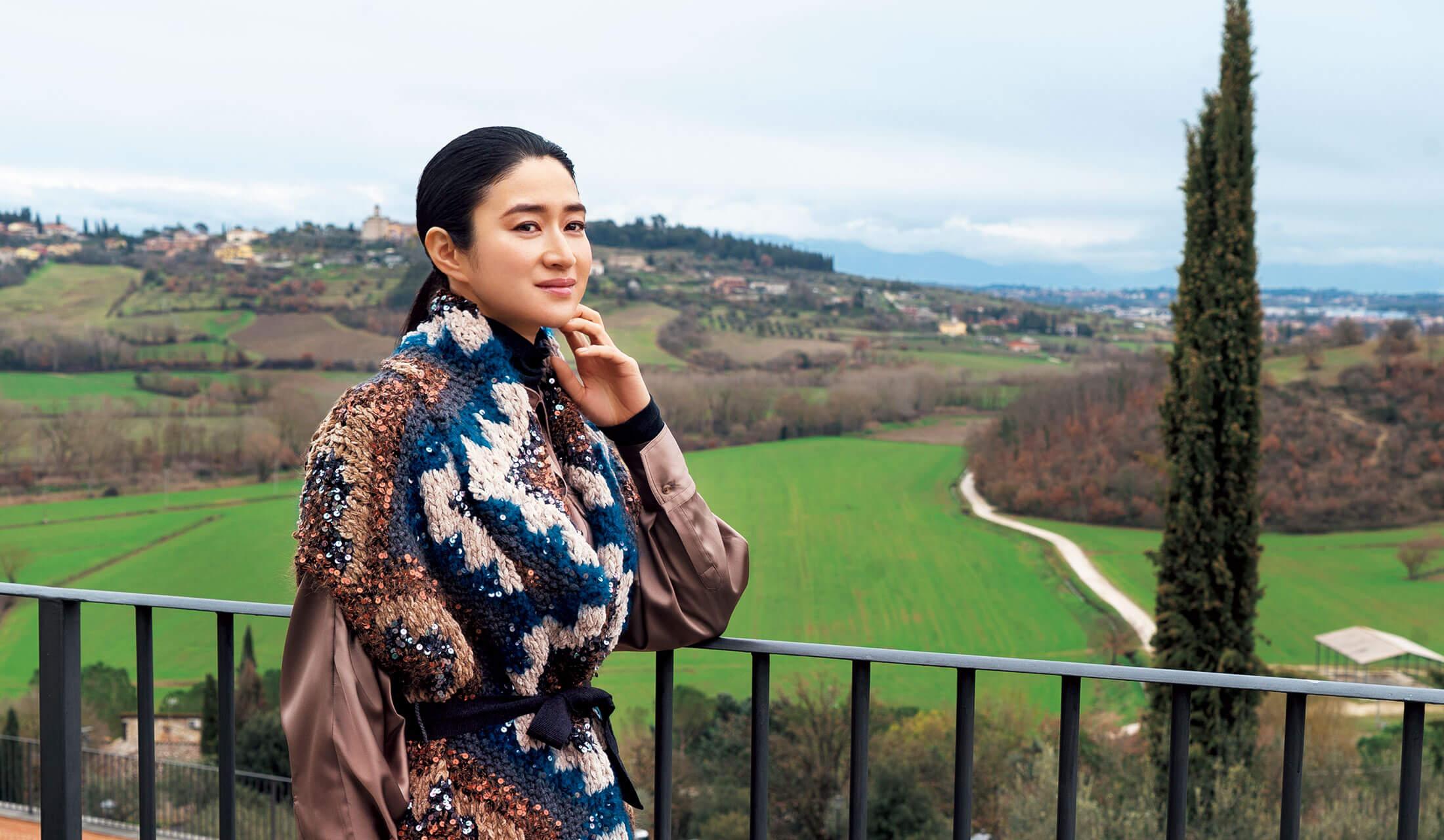 ブルネロ クチネリの聖地、ソロメオ村を訪問している女優・小雪さん