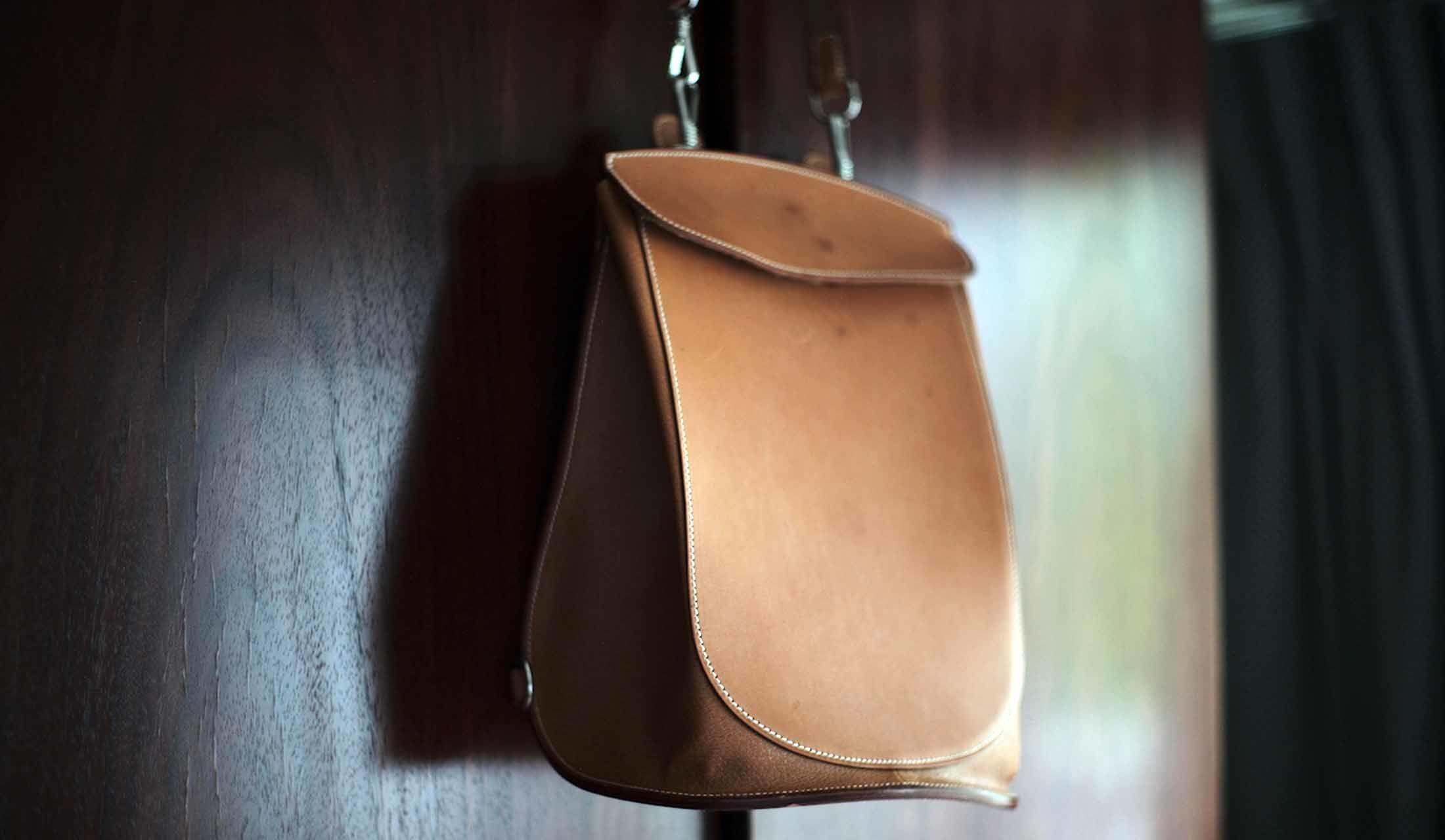 壁面に掛けたバッグ